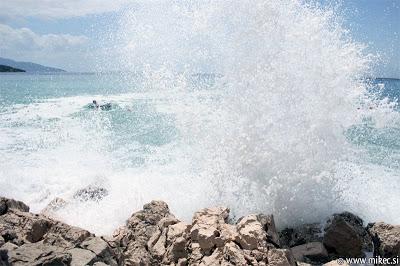 Valovi in razburkano morje
